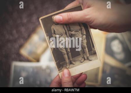 Alte Fotos ansehen - Stockfoto