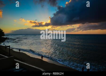 Romantische Flitterwochen in Kahana Beach, Maui, Hawaii. Genießen Sie das Meer und auf die Insel Molokai - Stockfoto