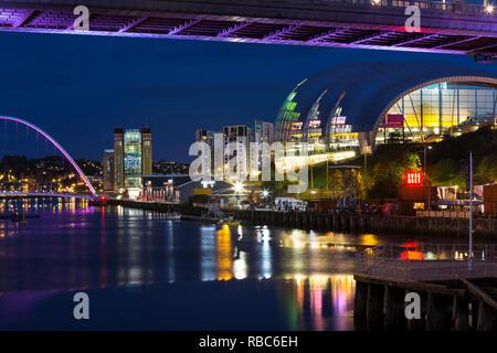 Newcastle und Gateshead Kai bei Nacht - Stockfoto