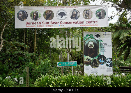 Banner und Schild am Eingang der Bornesischen Sun Bear Conservation Centre, Sandakan, Sabah (Borneo), Malaysia - Stockfoto