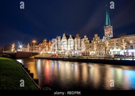 Nacht Blick auf typische Häuser und die Kathedrale in der Trave Lübeck, Schleswig Holstein Deutschland Europa wider - Stockfoto