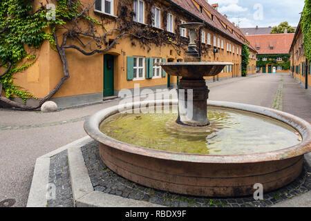 Fuggerei sozialer Wohnungsbau, Augsburg, Schwaben, Bayern, Deutschland - Stockfoto