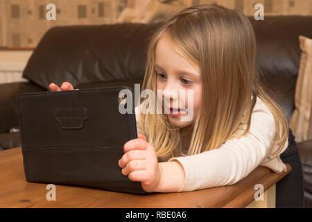Junge Mädchen spielen mit einer Tablette, digitale Gerät, iPad, Bildschirm, drei Jahre altes Kind - Stockfoto