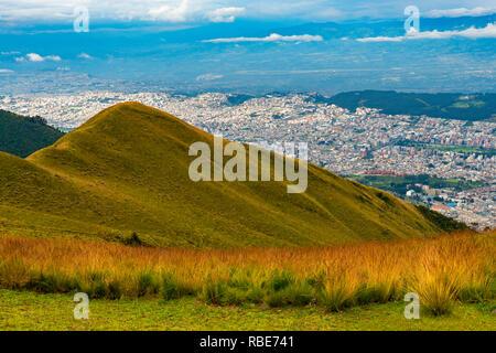 Antenne Stadtbild und die Skyline von Quito City aus dem Vulkan Pichincha, Ecuador gesehen. - Stockfoto
