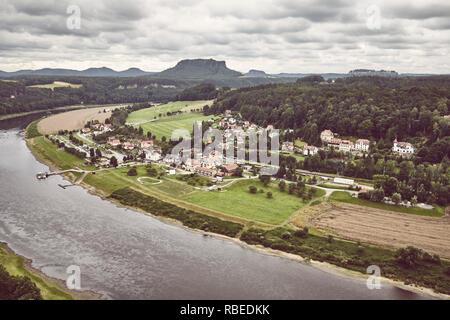 Kurort Rathen Dorf durch die Elbe ein bewölkter Tag, retro Farbe getonte Bild, Deutschland. - Stockfoto