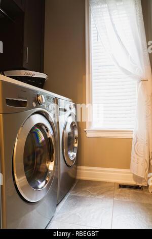 moderne waschk che mit fliesen boden und glas t r. Black Bedroom Furniture Sets. Home Design Ideas