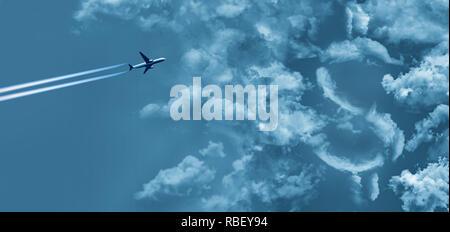 Die Kosten für eine Flugreise ist mit Wolken in der Form eines Dollar Zeichen und einem Jet Airliner mit kondensstreifen dargestellt. Die Wolken Gewitterwolken mit li - Stockfoto