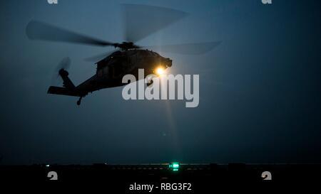 ARABIAN GULF - einem MH-60S Seahawk mit der Essex Amphibious Ready Group (ARG), landet an Bord der Wasp-Klasse amphibisches Schiff USS Essex (LL 2), Dez. 4, 2018. Der Essex ist das Flaggschiff der Essex ARG und, mit der begonnen 13 Marine Expeditionary Unit, ist in die USA 5 Flotte Bereich der Maßnahmen zur Unterstützung der Marine im Einsatz für die Stabilität und Sicherheit in der Region zu gewährleisten und verbindet das Mittelmeer und den Pazifischen Raum durch den westlichen Indischen Ozean und drei strategischen Punkten ersticken. (U.S. Marine Corps Foto von Cpl. A. J. van Fredenberg/Freigegeben) - Stockfoto