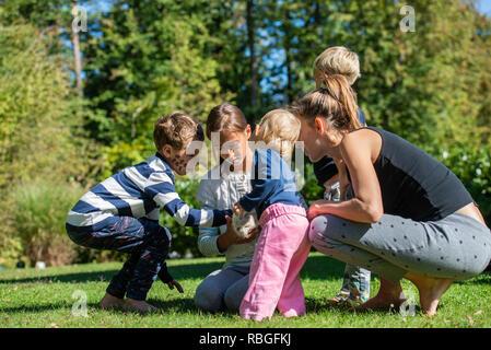Mutter mit Kindern und Babys auf dem Arm der Hamar
