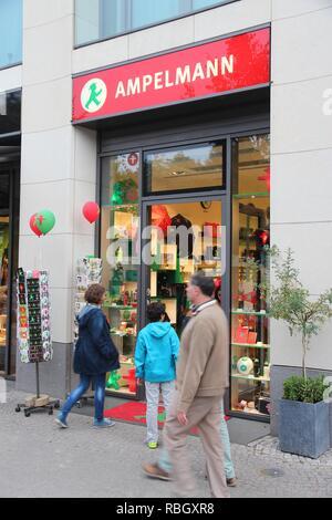 BERLIN, DEUTSCHLAND - 25 AUGUST, 2014: die Menschen besuchen Ampelmann Souvenir shop in Berlin. Ampelmann ist die Fußgängerampel Symbol in Berlin. Es war conceiv - Stockfoto