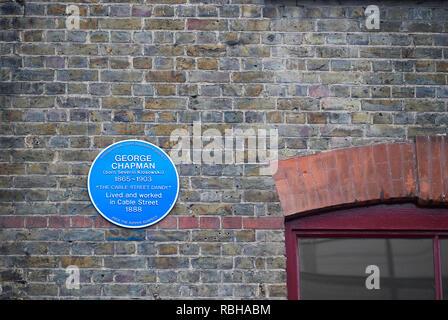 Blue Plaque (über George Chapman, ein Jack the Ripper vermuten) an der Wand von Jack the Ripper Museum, Kabel-Straße, Whitechapel, London, England. - Stockfoto