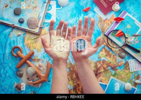 Abenteuer und Reisen Konzept mit Hände halten eine Welt gehen mit Sand und einem Kompass geschrieben. Flach mit Kopie Raum - Stockfoto