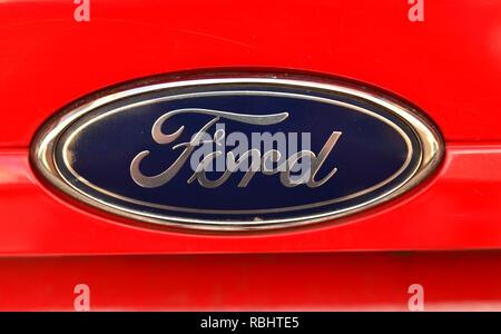 Turin, Piemont, Italien, Juli 2018. Nahaufnahme der Ford Logo einer rot 1.4 Gpl Fiesta. - Stockfoto