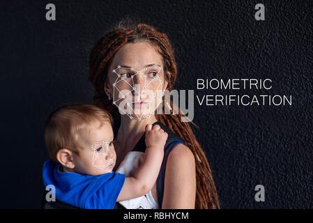 Die biometrische Verifizierung. Moderne junge Frau mit einem Baby. Das Konzept einer neuen Technologie der Gesichtserkennung auf polygonales Raster ist durch die Po gebaut - Stockfoto