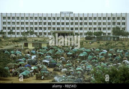 10. Oktober 1993 fest verpackt, provisorische Zelte sind mehrere Hundert Flüchtlinge vor der Polytechnischen Institut von Mogadischu in Somalia. - Stockfoto