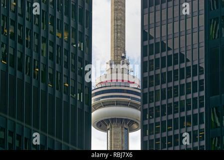 Der CN Tower zwischen zwei wolkenkratzern an Bay Steet in Toronto, Kanada gesehen - Stockfoto