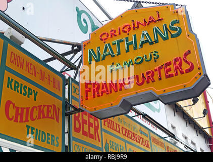 Nathans Handwerker berühmten Würstchen Frankfurter Original Restaurant, Deli, Fast Food, Coney Island, im Stadtbezirk Brooklyn, New York, NY, USA - Stockfoto