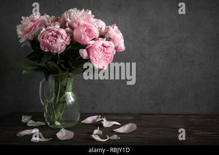 Noch immer leben mit einem schönen Blumenstrauß rosa Pfingstrose Blüten. Urlaub oder Hochzeit Hintergrund. Low Key - Stockfoto