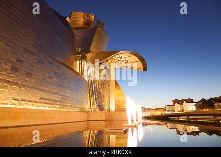 Das Guggenheim-Museum in der Nacht, Bilbao, Vizcaya, Spanien, Baskenland. - Stockfoto