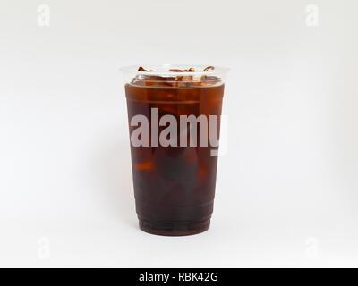 Kalter Kaffee brühen, in einer klaren Plastikbecher auf einem weißen Hintergrund. - Stockfoto