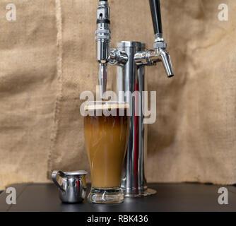 Schaumige, schaumige Nitro kalten Kaffee brühen. - Stockfoto