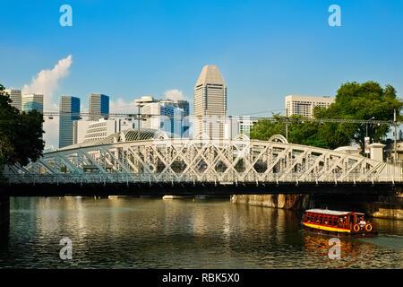 Blick über den Fluss Singapur, Singapur, in Richtung Anderson Bridge; von cavenagh Brücke gesehen neben Fullerton Hotel - Stockfoto