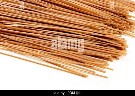 Roh, getrocknet Soba Buchweizen Nudeln, auf weißem Hintergrund - Stockfoto