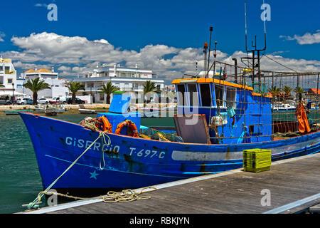 Schiff in den Hafen von Santa Luzia, Algarve, Portugal - Stockfoto