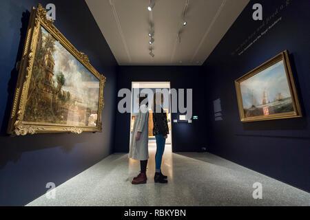 """London, Großbritannien. 11. Januar 2019. Mitarbeiter anzeigen"""" die Öffnung der Waterloo Bridge (""""Whitehall Treppen, Juni 18th, 1817 ')' von John Constable (L) und """"Helvoetsluys', 1832, von J.M.W. Turner (R), an der Königlichen Akademie der Künste in der Piccadilly zum ersten Mal seit der Künstler an der Ausstellung im Sommer 1832 stiessen ausgestellt sind. Die beiden Werke bilden"""" Er hier gewesen ist und feuerte eine Gun"""": Turner, Constable und der Königlichen Akademie, auf Anzeige von 12. Januar bis 31. März 2019. Credit: Stephen Chung/Alamy leben Nachrichten - Stockfoto"""