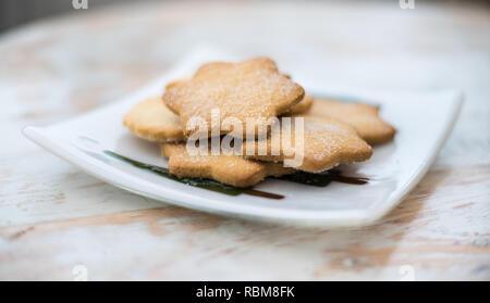 Leckere Kekse für Nachmittagstee - traditionelle schottische Butterkekse mit Butter, Mehl und Zucker - Stockfoto