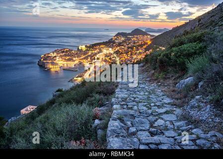 Stein weg in den Hügeln mit historischen Dubrovnik, Kroatien im Hintergrund Stockfoto