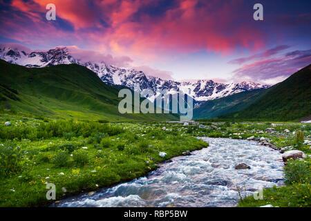 Fantastische Landschaft und bunten bewölkten Himmel am Fuße des Mt. Shkhara. Obere Swanetien, Georgien, Europa. Kaukasus Berge. Beauty Welt. - Stockfoto