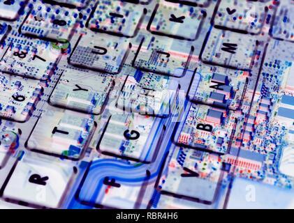 Double Exposure von einem Laptop Tastatur zeigt die Elektronik unter. - Stockfoto