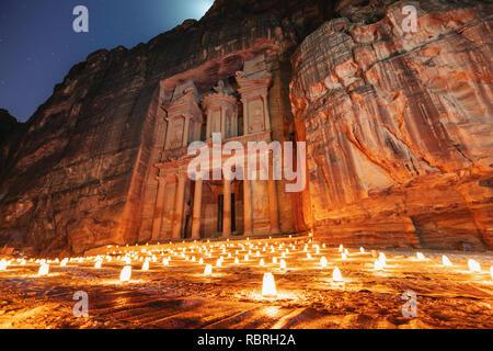 Petra bei Nacht, Treasury antike Architektur in Canyon, Petra in Jordanien. 7 wunder Reiseziel in Jordanien - Stockfoto