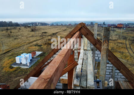 Bau eines hölzernen Dach der gekrümmten Sparren am Anfang der Dachkonstruktion - Stockfoto