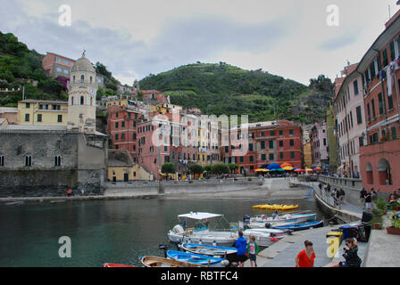 Schönen blick auf Vernazza. Ist einer von fünf berühmten bunten Dörfer der Cinque Terre Nationalpark in Italien, zwischen Meer und Land auf schiere cl ausgesetzt - Stockfoto