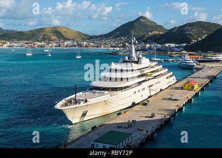 Philipsburg, St. Maarten - Dezember 17, 2018: Private white Luxury Motor Superyacht Eclipse günstig in der karibischen Insel Sint Maarten - Saint Martin. - Stockfoto