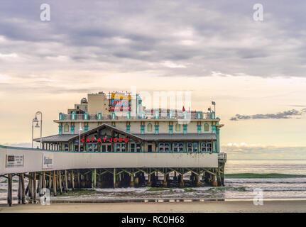 19. Dezember 2019 - Daytona Beach, Florida, USA. Daytona Beach berühmten Main Street Pier mit Restaurant Joes Crab Shack auf Wasser für Touristen im Eve - Stockfoto