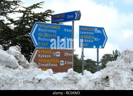 Verkehrszeichen nach starkem Schneefall auf dem Olymp im Troodos-gebirge, Zypern.