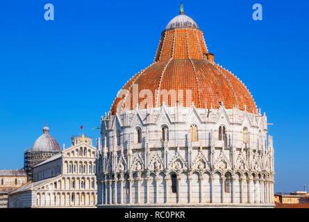 Baptisterium und Blick auf die Kathedrale, das Campo dei Miracoli, Pisa, Toskana, Italien, Europa - Stockfoto