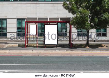 Leere Zeichen auf der Seite eine Bushaltestelle in einer Stadt Umgebung. - Stockfoto