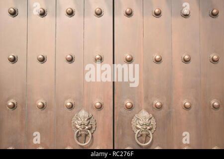 Nahaufnahme eines hölzernen Tür mit Metall Türklopfer in Tsz Shan Kloster in Hongkong, China - Stockfoto