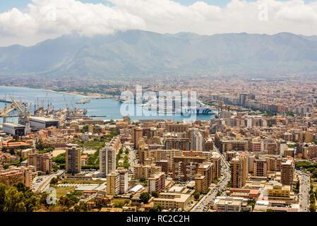 Luftaufnahme der Hafen von Palermo, Sizilien, mit Gnv (Grandi Navi Veloci) und Costa Crociere Schiffe. Sizilien, Italien. - Stockfoto