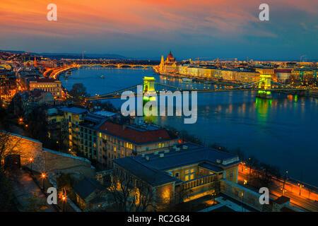 Die besten europäischen touristischen Reiseziel. Wunderbare Stadtbild Panorama mit berühmten Kettenbrücke und Parlamentsgebäude in bunten Sonnenuntergang, Buda