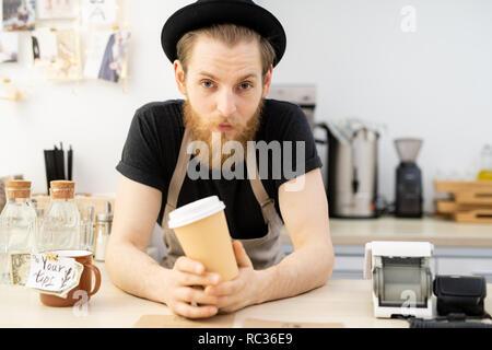 Stattliche barista in hat - Stockfoto