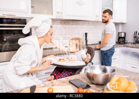 Familie genießen Sie morgens in der Küche - Stockfoto