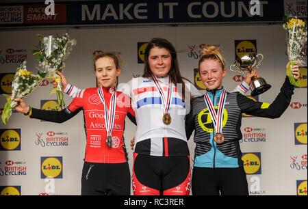 Cyclopark, Gravesend, Kent, Großbritannien. 13 Jan, 2019. Junior Rennen der Frauen Podium. HSBC UK Cyclo-Cross Meisterschaften. Quelle: David Rebhuhn/Alamy leben Nachrichten - Stockfoto