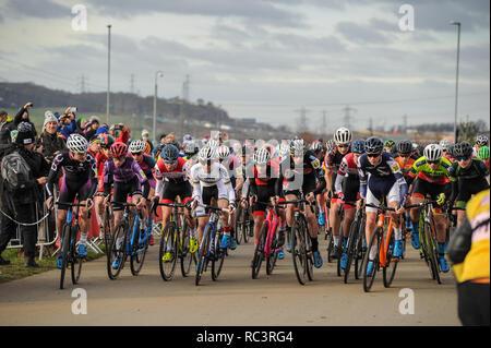 Cyclopark, Gravesend, Kent, Großbritannien. 13 Jan, 2019. Der Start der Junior mens Rennen an der HSBC UK Cyclo-Cross Meisterschaften. Quelle: David Rebhuhn/Alamy leben Nachrichten - Stockfoto