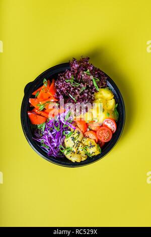 Hawaiian vegetarische poke Schüssel mit Tofu, Ananas und Cole. Ready-to-eat, Fast Food zu gehen. Gesunde Zutaten. Ansicht von oben, flach. - Stockfoto