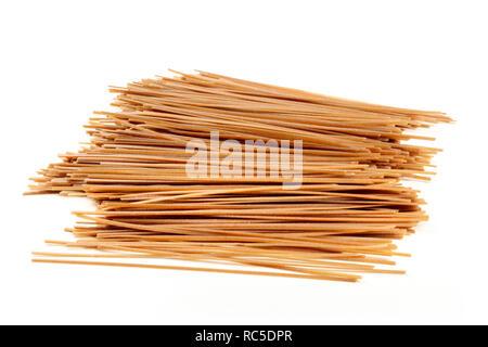 Raw soba Buchweizen Nudeln auf weißem Hintergrund - Stockfoto